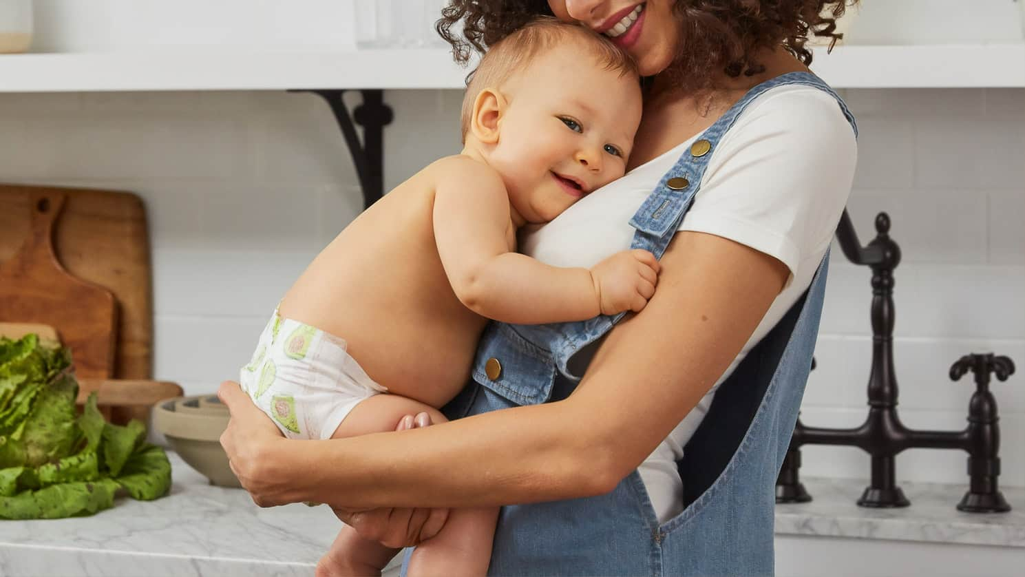 bebe alaptat fericit